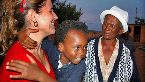 Sex år har gått sedan Paula och Ulrik Alderblad adopterade Kevin från Sydafrika. Nu återvänder de till sonens ursprungsland och det är ett efterlängtat äventyr som delas av elva personer. Väntan har varit lång, men äntligen krossas resespargrisen och det är dags att ge sig iväg.